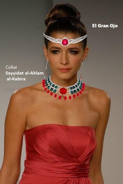 Modelo con el Collar Gran señora de los sueños y diadema el Gran Ojo