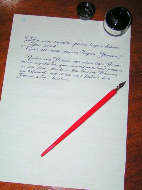 Plumilla de escribir y una hoja